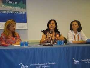 Teresa Amorim, Maria Luiza Rodrigues Sant'ana e Eliane Falcone, da esquerda para direita, abordaram os aspectos éticos tanto na relação entre terapeuta e cliente quanto na supervisão, vista como facilitadora da autoreflxão do terapeuta.
